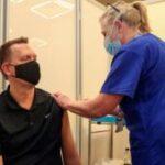 Reino Unido se prepara para vacunar a los menores de 50 años contra el coronavirus luego de haber aplicado al menos una dosis a todos los grupos vulnerables